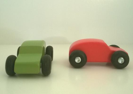 jouets ikea lot de 2 petites voitures en bois une verte et une rouge. Black Bedroom Furniture Sets. Home Design Ideas